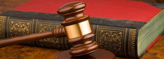 Richterhammer als Symbol für das Urteil im Strafrecht